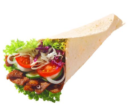 pinchos morunos: D�ner lleno de deliciosa ensalada fresca y crujiente carne frita de oro para una comida para llevar saludable, sobre fondo blanco