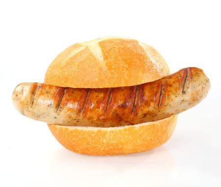 Hele heerlijke gegrilde gerookte worst geserveerd als een hotdog op een vers wit broodje of rol