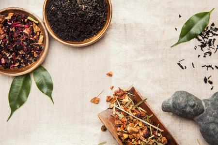 medicina: Primer plano de las plantas medicinales y arom�ticas, hojas y una estatua antigua de Asia, s�mbolo de la medicina tradicional china