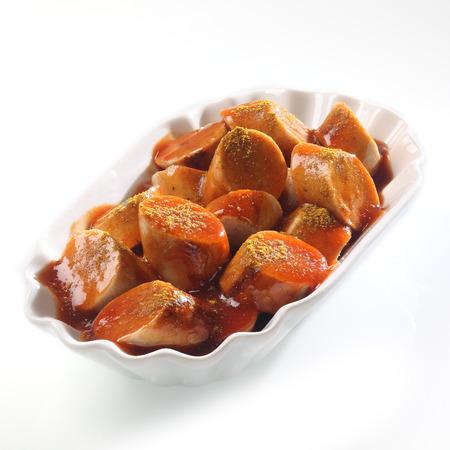 ハイアングルビュー: 白でスパイシーな Currywurst、トマト ケチャップをスライスのボウル、高角度のビューを閉じる