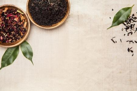 Close-up de hierbas secas, plantas aromáticas y hojas de color verde, que se utiliza por sus efectos curativos de la medicina tradicional china Foto de archivo - 24286634