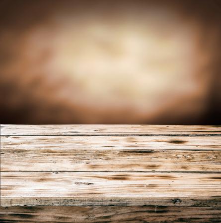 tabulka: Staré prázdný rustikální grunge dřevěné stolní proti rozmazané hnědé pozadí s copyspace Reklamní fotografie
