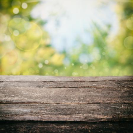 masalar: Parlak, taze gün ışığında beyaz bir yazlık bölmeli pencere kiraya altında bir ülke mutfakta eski rustik yıpranmış ahşap masa, ürün yerleştirme için boşluk