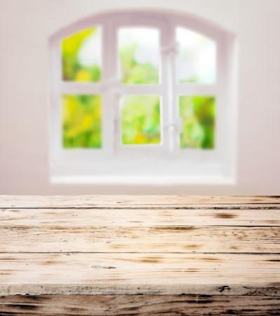 tabulka: Prázdné očištěny rustikální dřevěný kuchyňský stůl pod hezkou bílou klenutý okně