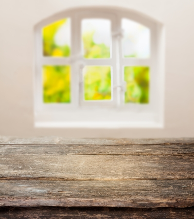 glasscheibe: Alte Grunge-Tabelle mit einem verwitterten rustikalen Holzplatte vor einer sonnigen Hütte Glasfenster
