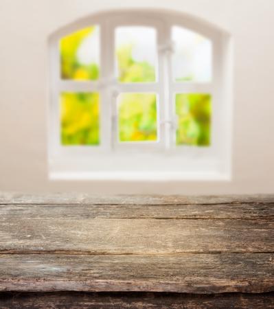 madera r�stica: Tabla viejo del grunge con una tapa de madera r�stico resistido frente a un panel de la ventana caba�a soleado Foto de archivo