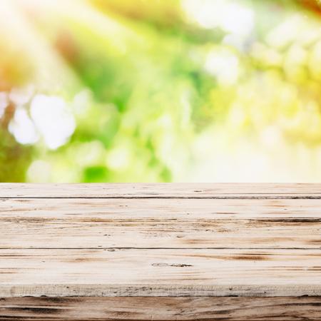product healthy: Vuoto rustico tavolo di legno con i raggi dorati del sole
