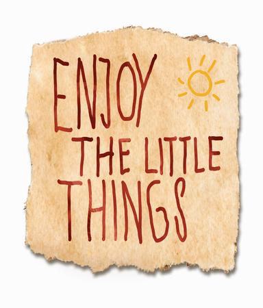 optimismo: Disfrutar de las cosas lttle, una escrita a mano diciendo inspirado en un fragmento roto de textura, grunge, papel con rayos de sol en la esquina - Vida de agarre con las dos manos y vivir a plenitud Foto de archivo