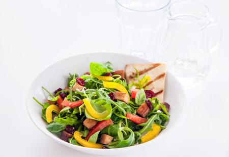 accompagnement: Frais d�licieuse salade de roquette avec poivron et tomate grill�e servie avec pain plat croustillant pour une collation saine d'�t� ou d'accompagnement � un repas Banque d'images
