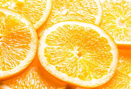 m�dula: Fondo de fotograma completo de rodajas de naranjas jugosas que muestran la textura de la pulpa, m�dula y corteza con una perspectiva en �ngulo Foto de archivo