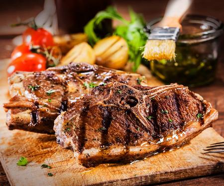 おいしい焼き肉チョップし、の国の台所で木製のまな板に夏のバーベキューからの野菜のロースト 写真素材