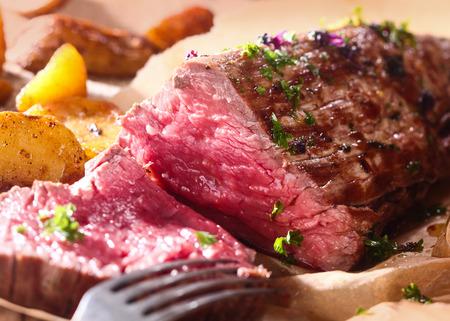 Teil saftige Roastbeef geschnitzt für ein Abendessen mit einer Nahaufnahme von der Textur des gesunden mageres rotes Fleisch Standard-Bild - 27619872
