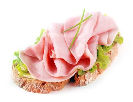 jamon: Emparedado abierto del jam�n sobre una rebanada crujiente de pan de centeno con cebolleta fresca y lechuga sobre un fondo blanco