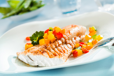 맛있는 건강 구운 생선 필렛 맛있는 해산물 저녁 식사를 위해 다채로운 신선한 샐러드와 플래터에 제공