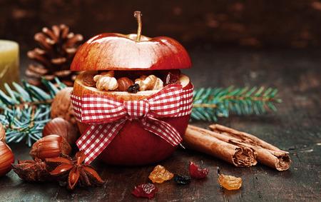 christmas apple: Elementi All'interno Natale rosso mela legato con nastro rosso e bianco.