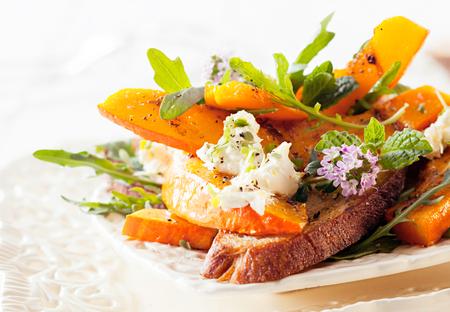 appetizing: Smakelijk Gourmet Hokkaido Rocket salade geserveerd op tafel. Ready to Eat Delicious Food.