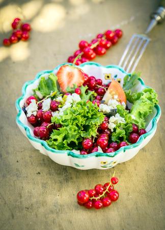 comidas saludables: Apetitosa ensalada de verano fresco en tazón de fuente en el fondo de madera. Bueno para los vegetarianos.