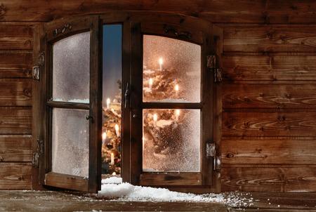 ventana abierta interior: Nieve en el Open de madera del vintage de Navidad Window Pane, Capturado con luces de Navidad Inside. Foto de archivo