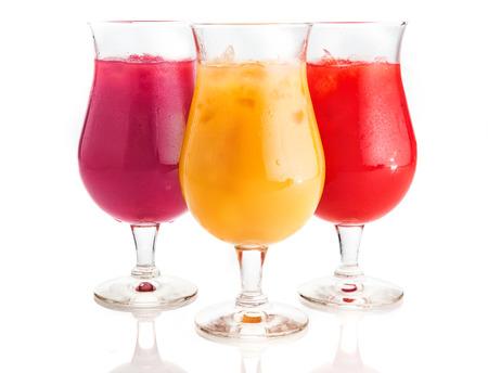 bebidas frias: Close up Surtido sabor de boca de riego bebidas fr�as en vaso con hielo Piezas. Aislado en el fondo blanco.