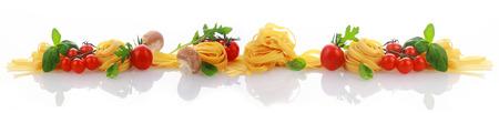 이탈리아어 요리와 성분 말린 된 파스타 또는 국수, 토마토, 바 질, 장식용 약재와 신선한 허브의 라인 반사 흰색 표면에 배너 스톡 콘텐츠