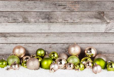 빈티지 벽 배경으로 휴가 시즌에 멋진 녹색과 갈색 크리스마스 공 장식품의 많음을 닫습니다. 스톡 콘텐츠