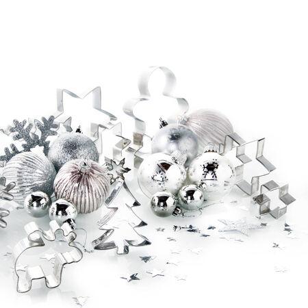 emphasising: Close up assortiti Elegante Argento e vetro Decorazioni di Natale, isolato su bianco. Sottolineando White Christmas. Archivio Fotografico