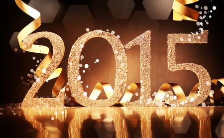 sylwester: Elegancki złota 2015 Nowy Rok w tle z teksturą złotymi numerami i kręciło wstążka złota na powierzchni odbijającej ciemnobrązowego dla sezonowych pozdrowienia lub zaproszenia