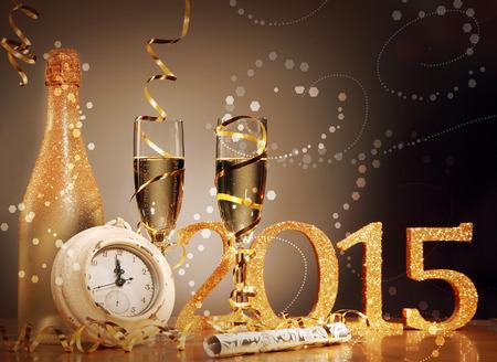 sylwester: 2015 Sylwester celebracja tła elegancki układ z zegarem odliczanie do północy, flety i butelkę wypiliśmy szampana i strona serpentyny z krakingu, Bańka bokeh Zdjęcie Seryjne