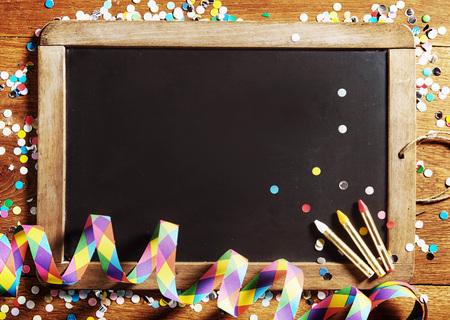 carnaval: Cierre de la Junta Negro Carnaval, Decorado con confeti, con espacio de copia sobre fondo de madera.