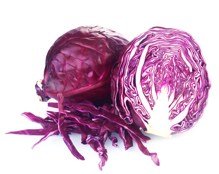 Cierre de un todo y una rebanada de Fresh col púrpura, un carácter adicional y sabor a las ensaladas, aislado en el fondo blanco Foto de archivo - 35619479