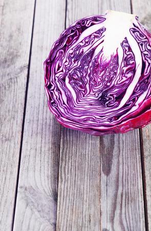 emphasising: Close up Fetta di sano rosso o viola cavolo in cima piattaforma di legno. Sottolineando Copy Space.