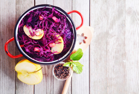 紫キャベツのグルメと木製のテーブルの上にリンゴのサラダの空中ショット。コピー スペースを強調します。