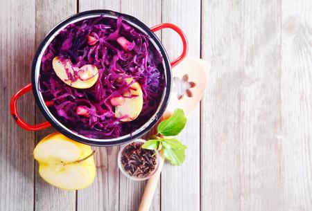 Aerial colpo di Gourmet Fresh cavolo viola e Apple Insalata in cima alla tabella di legno. Sottolineando Copy Space. Archivio Fotografico - 35619578