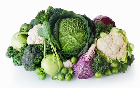 Cierre de verduras fresco sano granja aislada en el fondo blanco. Destacando col, el brócoli, la coliflor y las coles de Bruselas. Foto de archivo