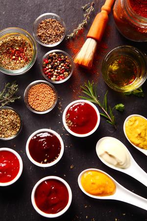 epices: Close up frais divers �pices et les sauces sur l'ardoise noire cuisine Table