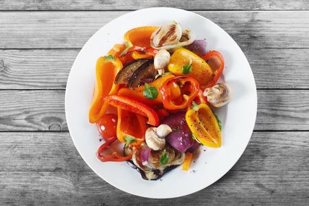 하얀 접시에 버섯과 향신료와 식욕을 돋 우는 건강 레시피의 공중 샷을 닫습니다. 나무 테이블에 배치. 스톡 콘텐츠