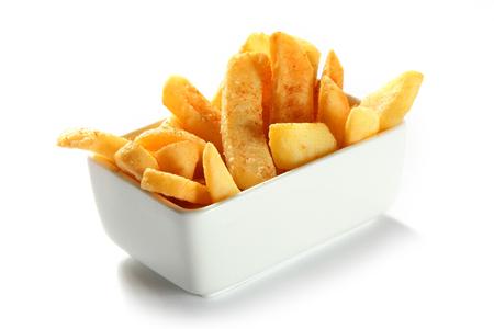 batata: Cierre de crujiente de patata patatas fritas en taz�n de fuente blanco aislado en fondo blanco.