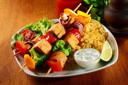 brochetas de frutas: Cierre de Gourmet Tofu Pinchos Dish en Java Arroz con salsa de mostaza, limón y verduras. Foto de archivo