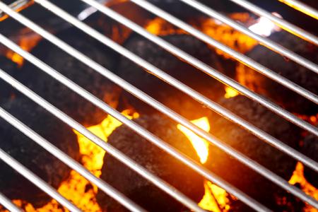 holzbriketts: Hot gl�hende Kohle in einem Grill bereit f�r das Kochen das Fleisch und Gem�se auf den Rost, Frame-Hintergrund