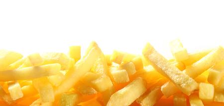 감자 튀김의 더미의 질감을 위로 보여주는 테두리 또는 식당, 정박 상점 또는 카페테리아에 대 한 copyspace 흰색 위에 튀긴 된 감자 칩