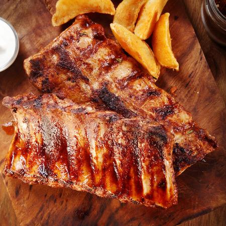 Close up appetitoso costola di maiale alla griglia su Top di legno tagliere con patate fritte. Archivio Fotografico - 36962605