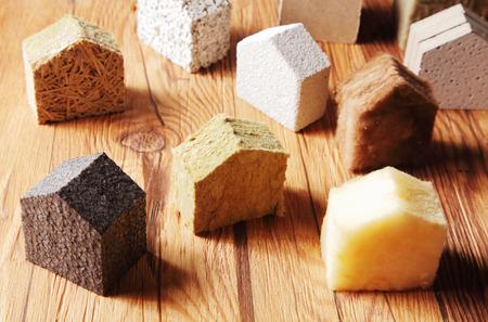 Bliska różnych, rozrzuconych Bloki izolacji modelu Hous w różnych stojących w górnej części tabeli drewniane