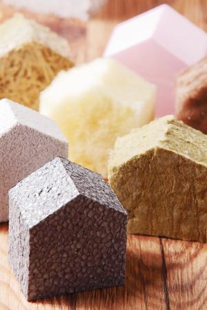 fiberglass: Concepto Real Estate - Varios pequeños bloques coloreados casa en la cima de la tabla de Brown de madera Foto de archivo