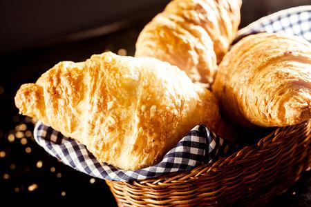 canasta de pan: Cierre de Gourmet delicioso fresco Croissant en Bread Basket con tela de alta de la tabla Foto de archivo