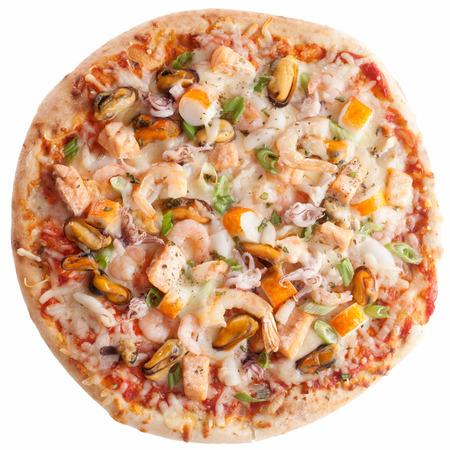 mariscos: Vista elevada de Mariscos pizza con coberturas frescas aisladas sobre fondo blanco
