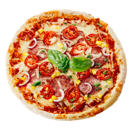 흰색 배경에 고립 토마토, 바질과 치즈를 얹어 신선한 구운 소박한 피자의 높은 각도보기