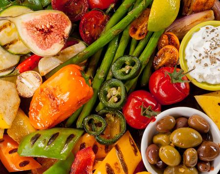 bounty: Detalle de primer plano de la generosidad de verduras a la parrilla de colores y Dish de los Olivos Foto de archivo