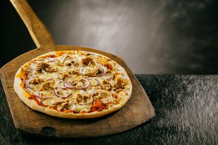 맛있는 이탈리아 피자 소박한 오래 처리 나무 보드에 copyspace와 어두운 질감 된 카운터에 뜨거운 김이 역임 되 고 피자 메뉴