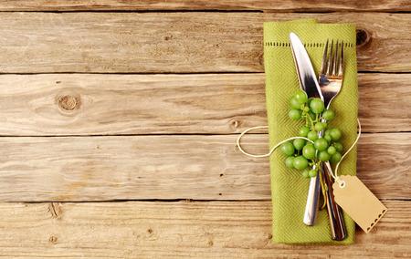 degustace vín příbory s vinnými hrozny dekorativní dřevěný stůl s copyspace
