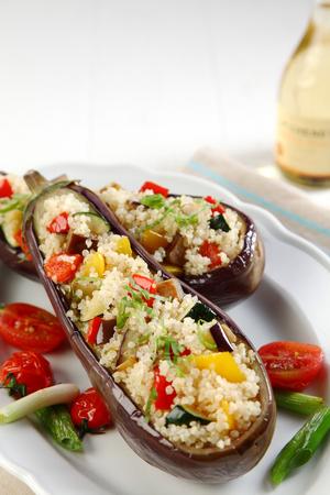berenjena: Berenjenas asadas rellenas, berenjena o berenjena con quinua y vegetariano relleno sabroso servido en un plato de la cocina vegetariana, con copia espacio